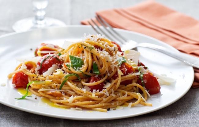 ספגטי ברוטב עגבניות שרי ובזיליקום