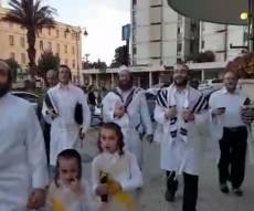 בדרך ל'כל נדרי': שירה ברחובות ירושלים. •צפו