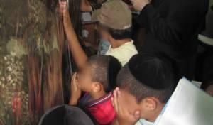 ילדי ניצולות יד לאחים בתפילה בקבר רחל