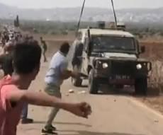 """תיעוד: פלסטינים תקפו בסלעים ג'יפ צה""""לי"""