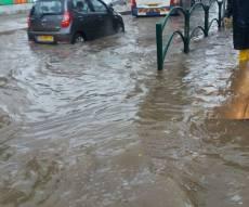 """ההצפה ברחוב ז'בוטינסקי בבני ברק - עשרות מ""""מ של גשם, כבישים הוצפו ונחסמו"""