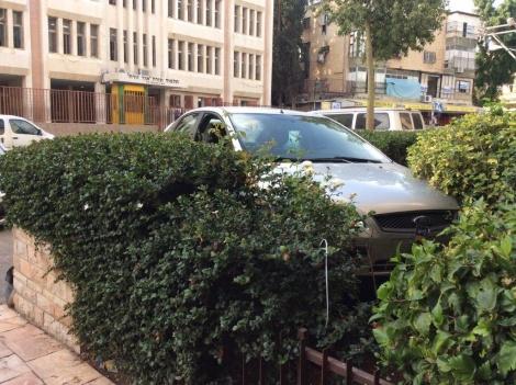 """הרכב עלה על גדר הבנין בב""""ב; אין נפגעים"""