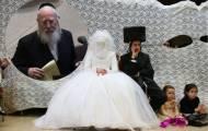 אילוסטרציה של חתן וכלה וחבר הכנסת אייכלר