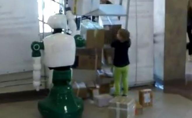 הרובוט מציל את הילדה