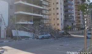 פיגומי בנייה קרסו בעפולה: ארבעה נפצעו