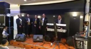 צפו: אלי פרידמן ו'ידידים' בביצוע מרגש