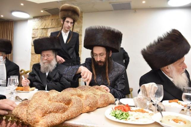 חסידי ספינקא ופאפא ירושלים רקדו יחד בחתונה