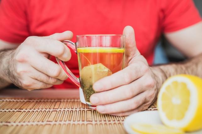 רצה להכין תה צמחים וכמעט מצא את מותו