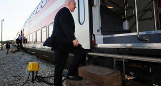 """ראש הממשלה ברכבת - """"עבודות הרכבת בשבת - ללא היתר הלכתי"""""""