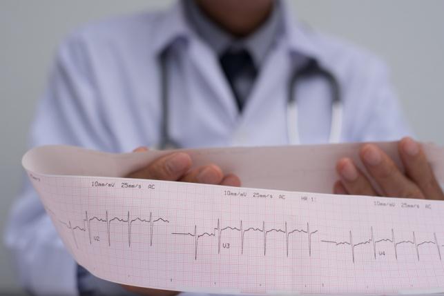 כתב אישום: זעמה על הרופא ותקפה אותו