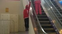 הספורטאי שעולה בדרך שונה במדרגות הנעות • צפו