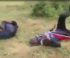 תיעוד האירוע - קשה לצפייה: חיילים ירו ופגעו במפגין מעזה