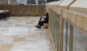 ביום הכי גשום: יושב ולומד ברחבת הכותל