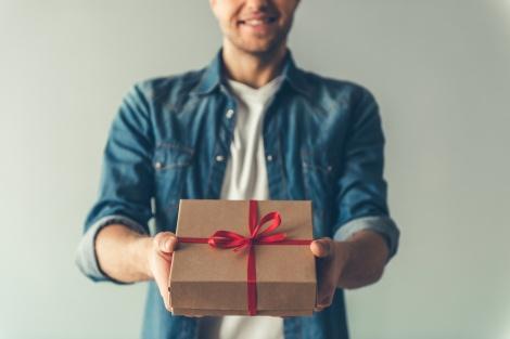 המדריך המלא: איזו מתנה לקנות לאישתך שתקלע בול לטעמה