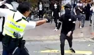 תיעוד דרמטי: שוטר יורה במפגין מטווח אפס