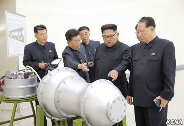 קים ג'ונג און בוחן את הפצצה החדשה במעבדה