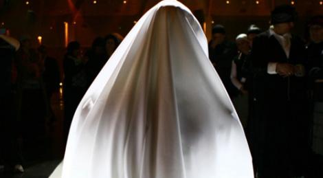"""(צילום אילוסטרציה: פלאש 90) - תקדים בחב""""ד: קריאה להתחתן בגיל צעיר"""