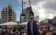 מפגינים 'תלו את נסראללה' במחאה בביירות