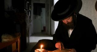יהודי אומר קינות בליל תשעה באב
