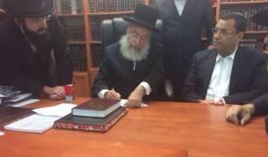 הרב וייס חותם על מכתב התמיכה בליאון