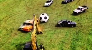 משעשע: מה קורה כשמכוניות משחקות כדורגל?