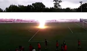 ברק פוגע בנער המשחק כדורגל