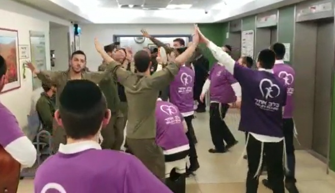 צפו: החיילים והמתנדבים החרדים שימחו חולים