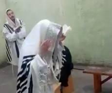תפילת הברלסבים בראש השנה מתוך הכלא