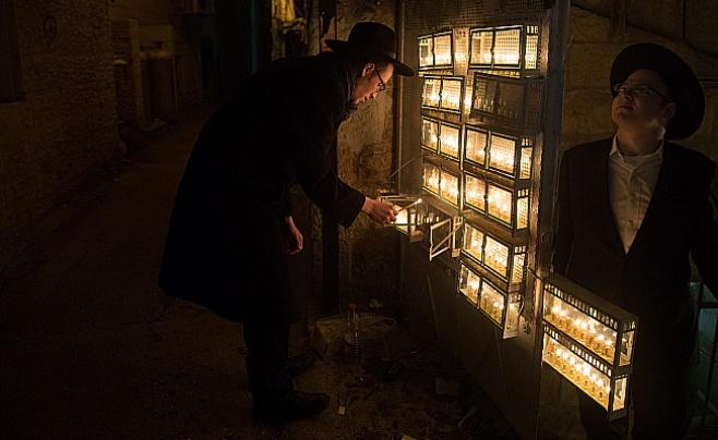 הנר השמיני של חנוכה במאה שערים | גלריה