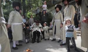 מרגש: החלאקה של הנכדים לניצול השואה