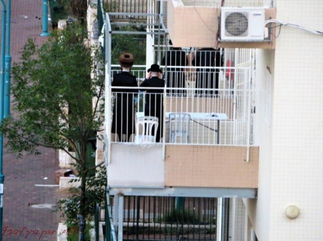 תפילה במרפסות בקרית ויז'ניץ בחיפה