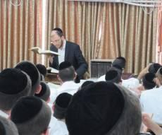 הרב אפשטיין במסירת השיעור - ראש הקיבוץ בפוניבז' - בן 28 בלבד • תיעוד