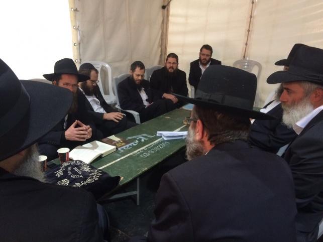 """ח""""כ משה גפני בניחום אבלים בכפר חב""""ד"""