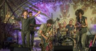 להקת 'רבע לאפריקה' מפתיעה בשיר יהודי