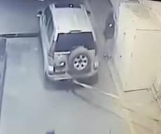 תיעוד השוד - השודדים פרצו לתחנת הדלק - עם ג'יפ • צפו