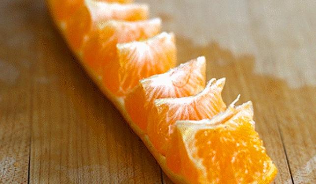 צפו: הדרך הקלה בעולם לאכול תפוז