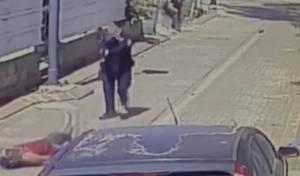 תקף את השוטר עם סכין ונורה למוות • צפו