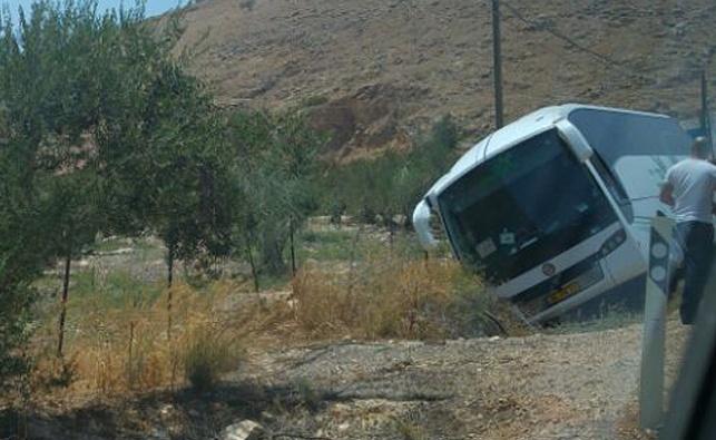 האוטובוס נוטה על צדו, בתעלה