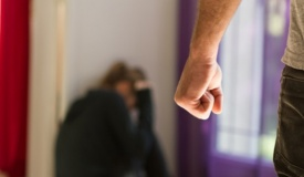 מחריד: תקף את ילדתו בת ה-12, אפה נשבר