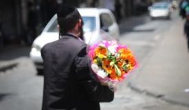תיעוד ססגוני: הירושלמים מצטיידים בפרחים