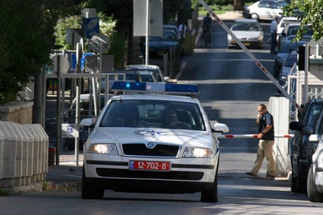 אזרח גנב ניידת עם נשק; המשטרה חוקרת