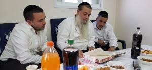 תיעוד: ניחום אבלים אצל הרב יגאל כהן