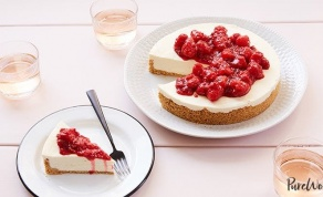 עוגת גבינה ללא אפייה עם קומפוט פטל