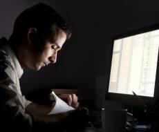 אילוסטרציה - שהייה באור מעומם משפיעה על ביצועי המוח