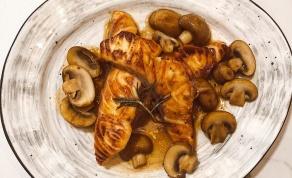 סלמון צרוב בדבש ושמן זית ברוטב פטריות ויין לבן
