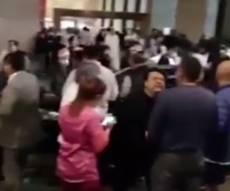 אנשים שנמלטו מבתיהם במקסיקו סיטי מחשש לקריסה - רעידת אדמה עוצמתית הכתה במקסיקו