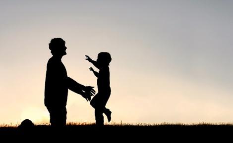 הורים, רוצים ילד חכם? חבקו אותו
