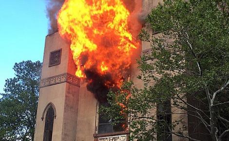 השריפה בבית הכנסת העתיק - הצתה