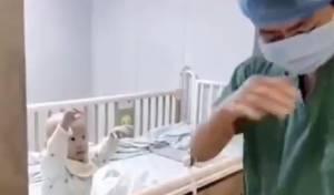 דמעות: תינוק חלה בקורונה; האבא ממרר בבכי • צפו