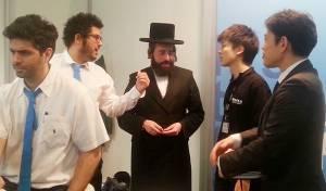 נציגי פוג'י העולמי בפגישה עם הרב בנימין וייס בתערוכת פוטוקינה, בגרמניה